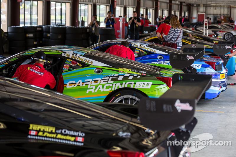 Araçlar yarıştan önce garajda