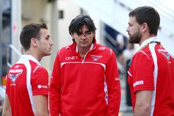 (Da sinistra a destra): Jules Bianchi, Marussia F1 Team MR03 con Francesco Nenci, Marussia F1 Team Ingegnere di Pista e Paul Davison, Responsabile dello sviluppo Marussia F1