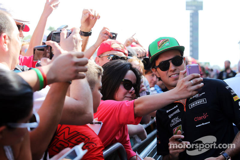 Sergio Perez, Sahara Force India F1, con i fan ai box