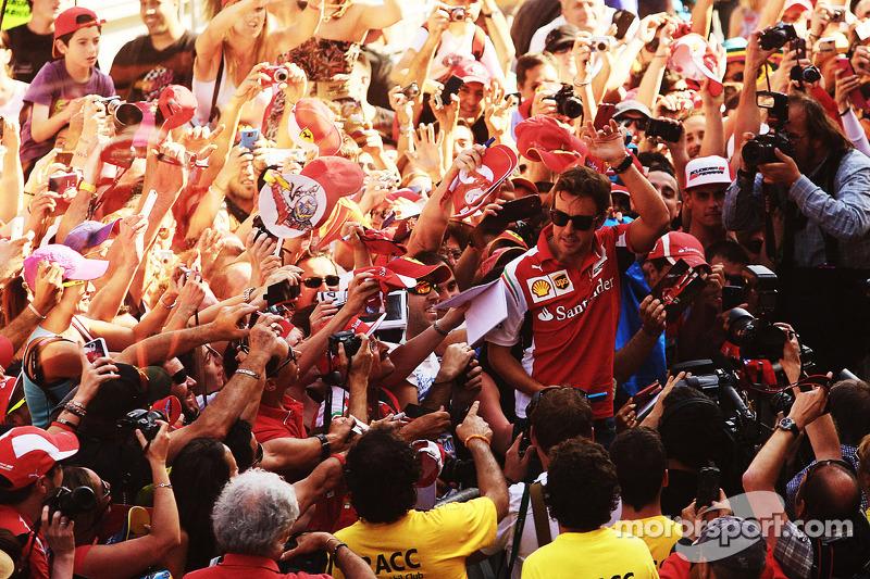 Fernando Alonso, Ferrari ve taraftarlar pitte