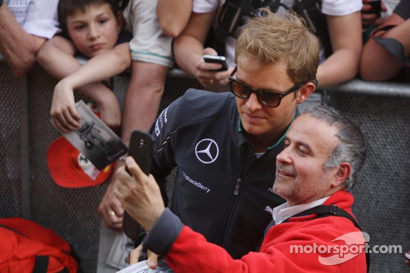 Nico Rosberg, Mercedes AMG F1 con los fans en los pits
