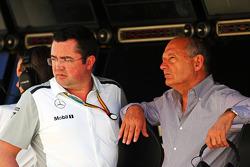 (Esquerda para direita): Eric Boullier, diretor de corridas da McLaren, com Ron Dennis, presidente executivo da McLaren