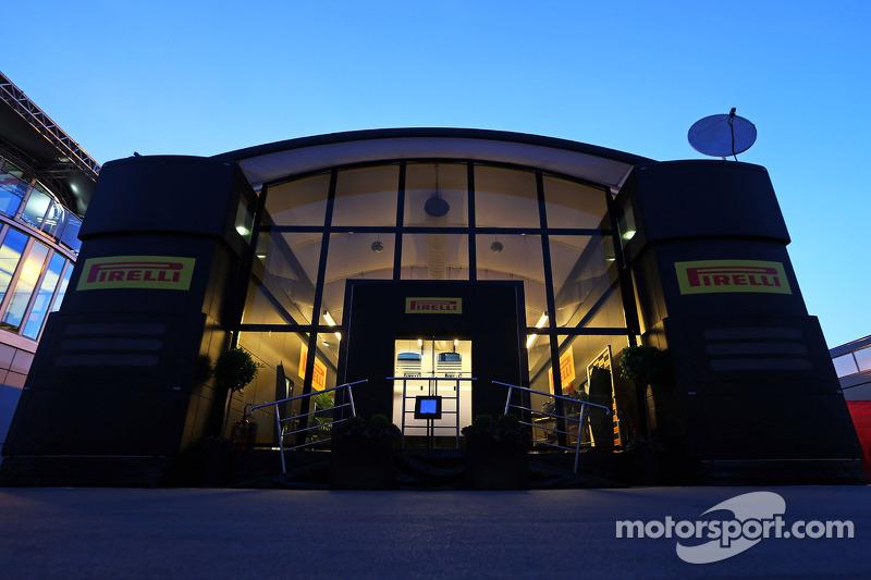 Pirelli motorhome en la noche