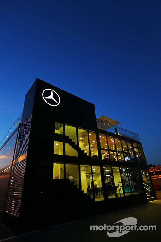 Mercedes AMG F1; motorhome à noite
