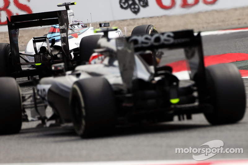 Valtteri Bottas, Williams FW36 lidera a Kevin Magnussen, McLaren MP4-29