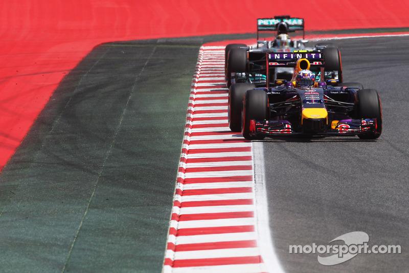 Daniel Ricciardo, Red Bull Racing RB10 leads Lewis Hamilton, Mercedes AMG F1 W05