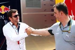 (Soldan Sağa): Steve Robertson, Pilot Menajeri ve Ron Meadows, Mercedes GP Takım Menajeri