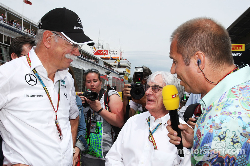 (L to R): Dr. Dieter Zetsche, Daimler AG CEO with Bernie Ecclestone, and Kai Ebel, RTL TV Presenter on the grid