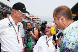 (Da sinistra a destra): Dr. Dieter Zetsche, Daimler AG CEO con Bernie Ecclestone, e Kai Ebel, Presentatore RTL TV sulla griglia di partenza