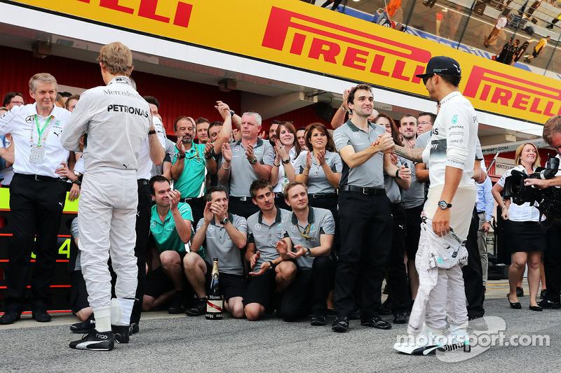 比赛获胜者刘易斯·汉密尔顿, 梅赛德斯AMG F1车队,和车队一起庆祝胜利