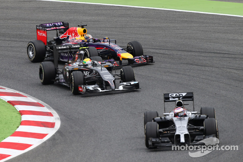 Jenson Button, McLaren MP4-29 davanti a Esteban Gutierrez, Sauber C33 e Sebastian Vettel, Red Bull Racing RB10