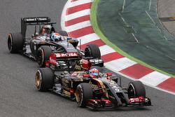 Romain Grosjean, Lotus F1 E22 leads Adrian Sutil, Sauber C33