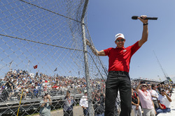Helio Castroneves, Team Penske Chevrolet, effectue le Start Your Engines debout sur le grillage