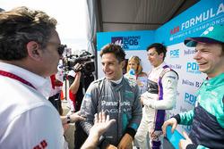 Alejandro Agag, CEO de Formula E, habla con Mitch Evans, Jaguar Racing, Oliver Turvey, NIO Formula E Team