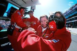 Технический директор Ferrari Росс Браун, гонщик Михаэль Шумахер и спортивный директор Жан Тодт