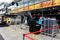 Alfa Romeo Sauber F1 Team freight and pit box preparations