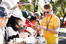 Nico Hulkenberg, Renault Sport F1 Team, imza dağıtıyor