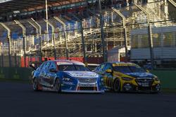 Andre Heimgartner, Nissan Motorsport Nissan, ve Lee Holdsworth, Charlie Schwerkolt Racing Holden