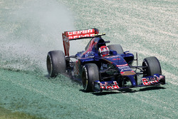 Daniil Kvyat, Toro Rosso STR9, transita nella ghiaia