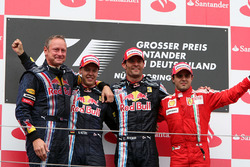 Jonathan Wheatley, Team Manager Red Bull Racing, Sebastian Vettel, Red Bull Racing, Mark Webber, Red Bull Racing e Felipe Massa, Ferrari, sul podio