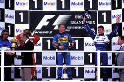 Podio: Flavio Briatore, Benetton Director del equipo, Príncipe Michael de Kent, segundo lugar Jean Alesi, Ferrari; ganador de la carrera Johnny Herbert, Benetton, y tercer lugar  David Coulthard, Williams, Kenneth Clarke, MP