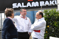 Eric Boullier, director de competición de McLaren Racing y Frederic Vasseur, Sauber, Team Principal