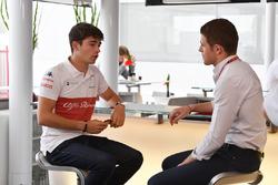 Гонщик Alfa Romeo Sauber F1 Team Шарль Леклер и ведущий Sky TV Пол ди Реста