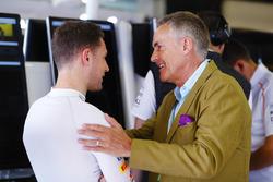 Stoffel Vandoorne, McLaren, talks to Martin Whitmarsh