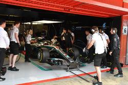 Lewis Hamilton, Mercedes-AMG F1 W09 in de pitbox