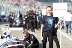Jose Maria Lopez, Dragon Racing, in griglia con la sua grid kid