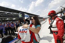 Tony Kanaan, A.J. Foyt Enterprises Chevrolet, mit Ehefrau Lauren