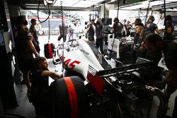 Kevin Magnussen, Haas F1 Team VF-18, nel garage