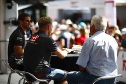 Гонщики Haas F1 Team Ромен Грожан и Кевин Магнуссен