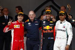 Победитель Даниэль Рикардо, Red Bull Racing, технический директор команды Эдриан Ньюи, второе место – Себастьян Феттель, Ferrari, третье место – Льюис Хэмилтон, Mercedes AMG F1