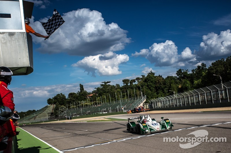 #41 Greaves Motorsport Zytek Z11SN 日产: 汤姆·金博-史密斯, 克里斯·戴森, 马修·麦克穆里 冲线