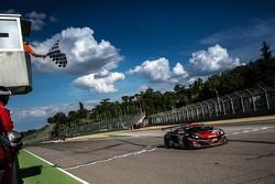 #98 ART Grand Prix 迈凯伦 GT3 MP4-12C: 凯文·科留斯, 格雷瓜尔·德穆斯捷, 扬·古戴 冲线