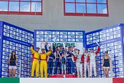 LM GTE领奖台:比赛获胜者安德烈亚·贝托里尼,维克多·谢塔,谢尔盖·兹罗宾,鲍里斯·罗滕伯格,第二名托马斯·克门纳特,马泰奥·克雷索尼,第三名达尼尔·麦肯齐,乔治·理查森,丹尼尔·赞佩里