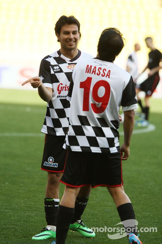 (Esquerda para direita): Sergio Perez, Sahara Force India F1, e Felipe Massa, Williams, em jogo de futebol beneficente