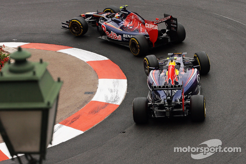Daniil Kvyat, Scuderia Toro Rosso STR9 leads Daniel Ricciardo, Red Bull Racing RB10