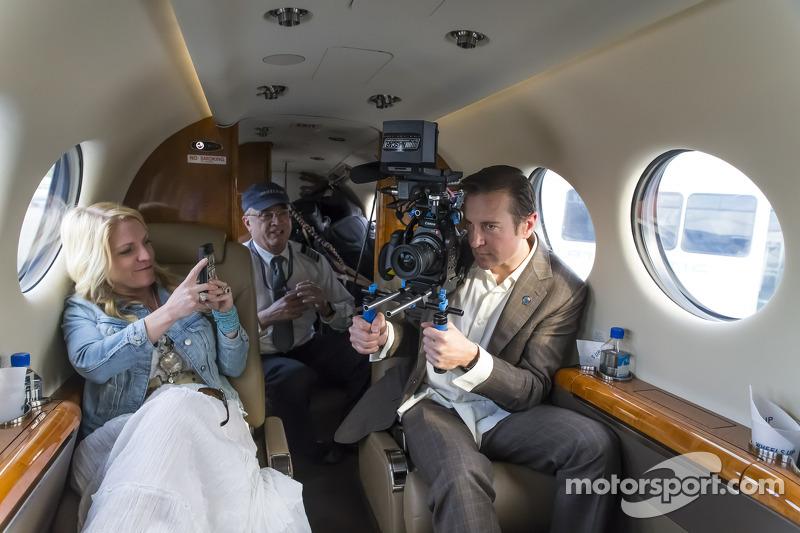 Kurt Busch uçakta televizyon kamerasıyla