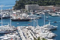 Barcos en el escénico Mónaco Harbour