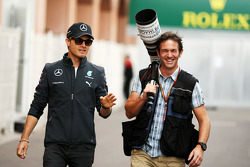 (Da sinistra a destra): Nico Rosberg, Mercedes AMG F1 con Russell Batchelor, XPB Images Photographer