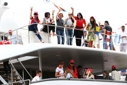Aficionados al Marussia F1 en un barco.