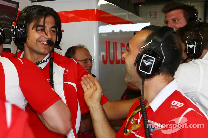 Francesco Nenci, Marussia F1 Takımı Yarış Mühendisi Jules Bianchi'in ilk F1 puanlarını kutluyor