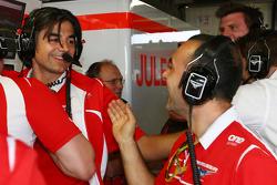 Francesco Nenci y Marussia F1 Team carrera Ingeniero de la Marussia F1 Team celebran Jules Bianchi, anotar sus primeros puntos en F1