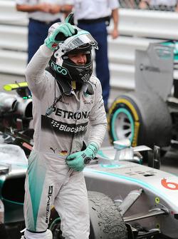 Ganador de la carrera Nico Rosberg, Mercedes AMG F1 W05 celebra en parc ferme