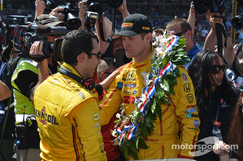 Hunter-Reay consoles his on-track opposition Castroneves in Victory Lane.