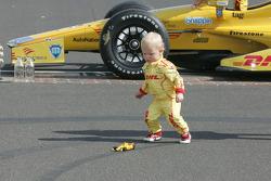 Genç Ryden Hunter-Reay babasının replika aracıyla oynuyor