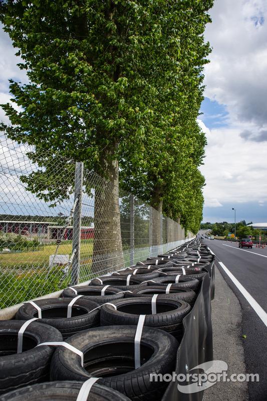 Nova configuração em Tertre Rouge, onde Allan Simonsen bateu em 2013: novo muro de pneus, reposicionando a barreira Armco