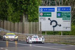 #1 奥迪运动部 Joest 奥迪 R18 E-Tron Quattro: 卢卡斯·迪格拉西, 罗伊克·杜瓦尔, 汤姆·克里斯滕森, #53 RAM Racing 法拉利 458 Italia: 乔尼